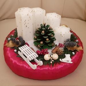 Szánkós-koris karácsonyi asztaldísz, Otthon & lakás, Lakberendezés, Asztaldísz, Dekoráció, Ünnepi dekoráció, Karácsonyi, adventi apróságok, Karácsonyi dekoráció, Virágkötés, 25 cm-es szalma alapra készített, téli hangulatú asztaldísz, adventi gyertyákkal.\n\n, Meska
