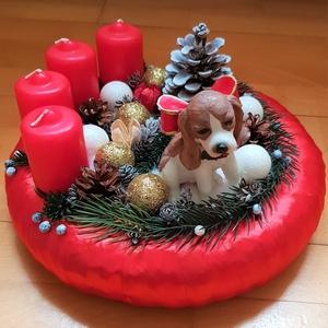 Beagle karácsony, Otthon & lakás, Dekoráció, Ünnepi dekoráció, Karácsony, Lakberendezés, Asztaldísz, Virágkötés, 25 cm-es szalma alapra készített adventi asztaldísz, beagle kutyussal, gyertyákkal., Meska