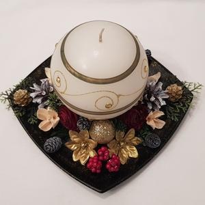 Gömbgyertyás asztaldísz, Otthon & lakás, Dekoráció, Ünnepi dekoráció, Karácsonyi, adventi apróságok, Lakberendezés, Asztaldísz, Virágkötés, Arany/krém gömbgyertya köré, fekete, arany csillámos tálkára épített karácsonyi asztaldísz. \nMéretek..., Meska