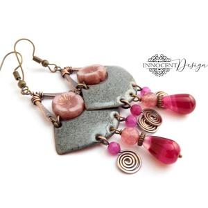 Zarah - tűzzománc fülbevaló (szürke-rózsaszín), Ékszer, Fülbevaló, Elegáns, nőies, könnyű viselet. A fülbevaló teljes egészében vörösrézből készült, az alapot formára ..., Meska