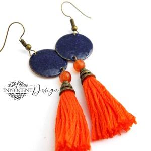 colorBlocking - bojtos tűzzománc fülbevaló (kék és narancssárga), Ékszer, Rojtos fülbevaló, Fülbevaló, Zománcozott vörösrézalap és osztott hímzőfonalból készült bojt. A kettő között egy csiszolt karneol ..., Meska