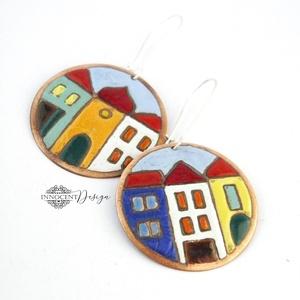 Hundertwasser - színes házikó - tűzzománc fülbevaló , Ékszer, Fülbevaló, Lógós kerek fülbevaló, Ékszerkészítés, Tűzzománc, Asszimetrikus színes kis házikók, ezúttal kör alakú lemezre festve.\n\nAntikolt nikkelmentes fülbevaló..., Meska