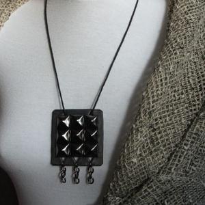 Szegecsekkel, láncokkal díszített bőr nyaklánc - ékszer - nyaklánc - medálos nyaklánc - Meska.hu