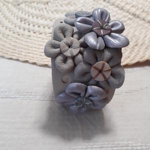 Bőrkarkötő virágokkal díszítve  AKCIÓ !!!, Ékszer, Karkötő, Ballagás, Ünnepi dekoráció, Dekoráció, Otthon & lakás, Bőrművesség, 3490 Ft helyett 2750 Ft !!!\nBeige, halvány lila színű bőrkarkötő virágokkal díszítve.\n\nMérete: (Pate..., Meska
