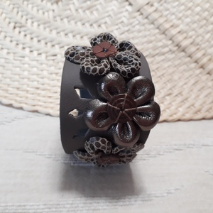 Bőrkarkötő virágokkal díszítve AKCIÓ !!!, Ékszer, Karkötő, Ballagás, Ünnepi dekoráció, Dekoráció, Otthon & lakás, Bőrművesség, 3490 Ft helyett 2750 Ft!!!\nSötétbarna, ezüst színű bőrkarkötő virágokkal díszítve.\n\nMérete: (Patentt..., Meska