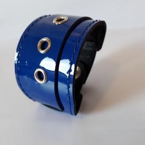 Kék színű lakkbőr karkötő, Széles karkötő, Karkötő, Ékszer, Bőrművesség, Ékszerkészítés, Kék színű, egyedi, elegáns lakkbőr karkötő.\n\nMérete: patenttól patentig : 19 cm\n\nSaját tervezésű, ké..., Meska