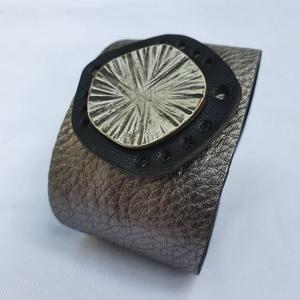 Silver bloom - bőrkarkötő, Ékszer, Karkötő, Szerelmeseknek, Ünnepi dekoráció, Dekoráció, Otthon & lakás, Bőrművesség, Ezüst, fekete, ezüst színű bőrkarkötő különleges formával díszítve.\n\nMérete: (Patenttól patentig) 18..., Meska