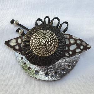 Silver elegance - kitűző, táskadísz, Kitűző, Kitűző és Bross, Ékszer, Bőrművesség, Ezüst, fekete színű, elegáns kitűző, vagy táskadísz.\n\nMérete: 9 cm*7 cm\n\nMinden ékszerem egyedi terv..., Meska