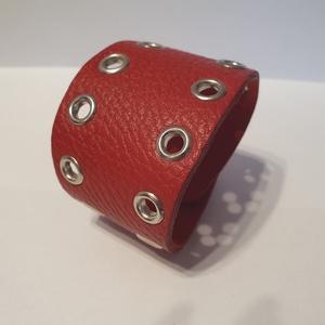 Red - bőrkarkötő, Ékszer, Karkötő, Bőrművesség, Ékszerkészítés, Piros színű bőrkarkötő.\n- ezüst színű szegecsekkel díszítve\n\nMérete: (Patenttól patentig) 17,5 cm\nSz..., Meska