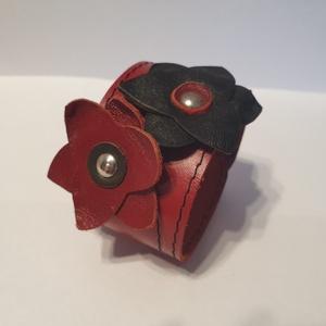 Red and Black - bőrkarkötő, Ékszer, Karkötő, Bőrművesség, Ékszerkészítés, Piros, fekete színű bőrkarkötő.\n- piros, fekete színű virágokkal díszítve\n\nMérete: (Patenttól patent..., Meska
