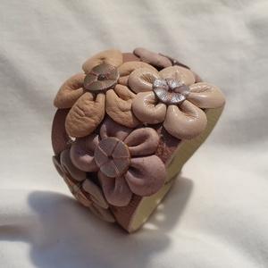 Bőrkarkötő virágokkal díszítve  , Ékszer, Karkötő, Bőrművesség, Ékszerkészítés, Rózsaszín színű bőrkarkötő , rózsaszín , szürke színű virágokkal díszítve.\n\nMérete: (Patenttól paten..., Meska