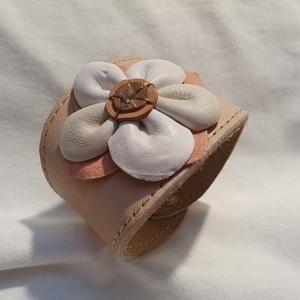 Bőrkarkötő virággal díszítve  , Ékszer, Karkötő, Bőrművesség, Ékszerkészítés, Rózsaszín színű bőrkarkötő , rózsaszín , fehér színű virággal díszítve.\n\nMérete: (Patenttól patentig..., Meska