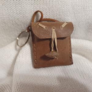 Bőrkulcstartó - Táska, Táska & Tok, Kulcstartó & Táskadísz, Kulcstartó, Bőrművesség, Bőrből készült kulcstartó - Táska\n\nMérete: 6×5 cm\n               \n             , Meska