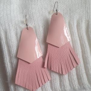 Bőrfülbevaló - halvány pink, Ékszer, Fülbevaló, Bőrművesség, Ékszerkészítés, Bőrfülbevaló - rózsaszín színben\n\n- hossza: 5 cm\n\nMinden ékszerem egyedi tervezésű, és kivitelezésű,..., Meska