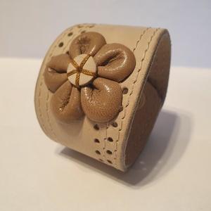 Beige flower - bőrkarkötő AKCIÓ!!!, Széles karkötő, Karkötő, Ékszer, Bőrművesség, Ékszerkészítés, 2990 Ft helyett 2190 Ft\n\nBeige, barna színű bőrkarkötő áttörésekkel díszítve.\n\nMérete: (Patenttól pa..., Meska