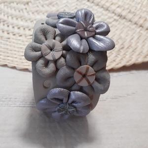 Bőrkarkötő virágokkal díszítve  AKCIÓ !!!, Széles karkötő, Karkötő, Ékszer, Bőrművesség, 3490 Ft helyett 2750 Ft !!!\nBeige, halvány lila színű bőrkarkötő virágokkal díszítve.\n\nMérete: (Pate..., Meska