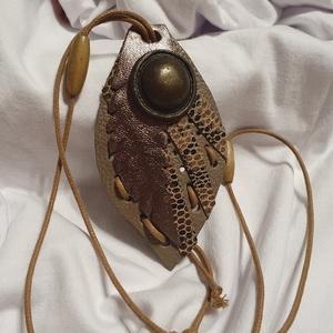 Különleges formájú bőrnyaklánc , Ékszer, Nyaklánc, Medálos nyaklánc, Bőrművesség, Különleges formájú, bőrből készült, egyedi nyaklánc.\n- barna \n- medál mérete: 9 cm * 6 cm\n\n..., Meska