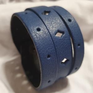 Blue sky - bőrkarkötő, Ékszer, Karkötő, Bőrművesség, Ékszerkészítés, Kék színű bőrkarkötő .\n- áttört mintás\n\nMérete: (Patenttól patentig) 19 cm*4 cm\n, Meska