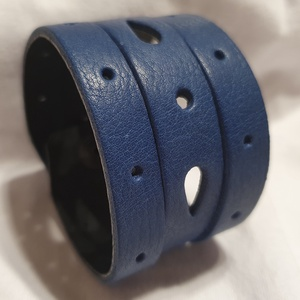 Blue sky - bőrkarkötő, Ékszer, Karkötő, Bőrművesség, Ékszerkészítés, Kék színű bőrkarkötő .\n- áttört mintás\n\nMérete: (Patenttól patentig) 18 cm*4 cm\n, Meska