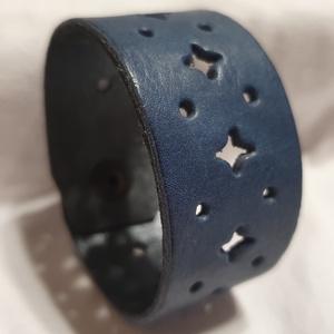 Blue sky - bőrkarkötő, Ékszer, Karkötő, Bőrművesség, Ékszerkészítés, Kék színű bőrkarkötő .\n- áttört mintás\n\nMérete: (Patenttól patentig) 19 cm*3,5cm\n, Meska