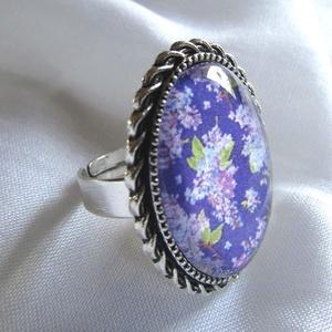 ÚJ KOLLEKCIÓ-vintage ORGONA- gyűrű, Ékszer, Gyűrű, Üveglencsés gyűrű, Ékszerkészítés, Orgonás képet tettem  üveglencse alá.\nA lencse mérete:25x18mm\n\nA gyűrű állítható.\n\n, Meska