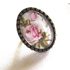 ÚJ KOLLEKCIÓ-vintage rózsa mintás gyűrű, Ékszer, Gyűrű, Üveglencsés gyűrű, Ékszerkészítés, RÓZSÁS képet tettem  üveglencse alá.\nA lencse mérete:25x18mm\n\nA gyűrű állítható.\n\n, Meska