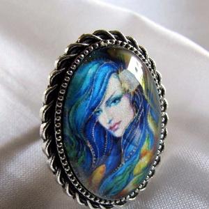 ÚJ KOLLEKCIÓ-vintage NŐI PORTRÉ gyűrű, Ékszer, Gyűrű, Üveglencsés gyűrű, Ékszerkészítés, Gyönyörű női portrét  tettem  üveglencse alá.\nA lencse mérete:25x18mm\n\nA gyűrű állítható.\n\n..., Meska