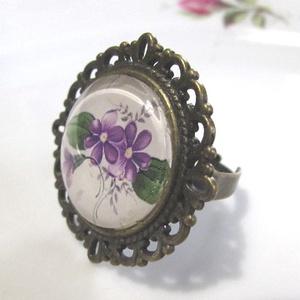 ÚJ KOLLEKCIÓ-vintage Ibolyás gyűrű, Ékszer, Gyűrű, Üveglencsés gyűrű, Ékszerkészítés, Ibolyás képet tettem  üveglencse alá.\nA lencse mérete: 25mm\n\nA gyűrű állítható.\n\n, Meska
