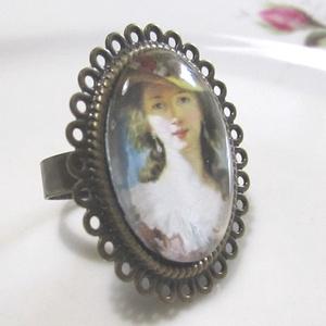 ÚJ KOLLEKCIÓ-vintage Kalapos hölgy gyűrű, Ékszer, Gyűrű, Üveglencsés gyűrű, Ékszerkészítés, Kalapos hölgy portré üveglencse alatt.\nA lencse mérete: 25x18mm\n\nA gyűrű állítható.\n\n, Meska