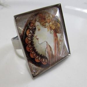 ÚJ KOLLEKCIÓ-vintage Alfons Mucha gyűrű, Ékszer, Gyűrű, Üveglencsés gyűrű, Ékszerkészítés, Alfons Mucha kép  üveglencse alatt.\nA lencse mérete: 25x25mm\n\nA gyűrű állítható.\n\n, Meska