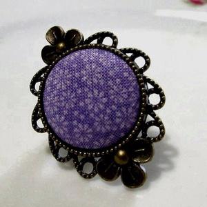 ÚJ KOLLEKCIÓ-vintage  gyűrű textil caboshonnal, Ékszer, Gyűrű, Üveglencsés gyűrű, Ékszerkészítés, Lila textil caboshonnal-szép, exkluzív gyűrű.\nA caboshon mérete: 25mm\n\nA gyűrű állítható.\n\n..., Meska