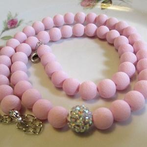 ÜVEGGYÖNGY-gyöngysor/ halvány rózsaszín/, Ékszer, Nyaklánc, Gyöngyös nyaklác, Ékszerkészítés, Gyönyörű  üveggyöngyökből  fűzött mutatós gyöngysor. Középen egy szép shamballa gyönggyel.\nA gyöngyö..., Meska