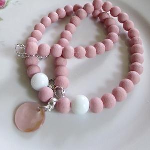 ÜVEGGYÖNGY-gyöngysor/ rózsa/, Ékszer, Nyaklánc, Gyöngyös nyaklác, Ékszerkészítés, Gyönyörű fáradt rózsaszín üveggyöngyökből  fűzött mutatós gyöngysor. Középen kis kerek medállal.\nA g..., Meska