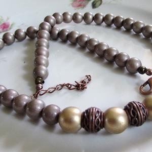 ÜVEGGYÖNGY-gyöngysor/ aranybarna/, Ékszer, Nyaklánc, Gyöngyös nyaklác, Ékszerkészítés, Gyönyörű  aranybarna üveggyöngyökből  fűzött mutatós gyöngysor, réz színű köztesekkel.\nA gyöngyök mé..., Meska