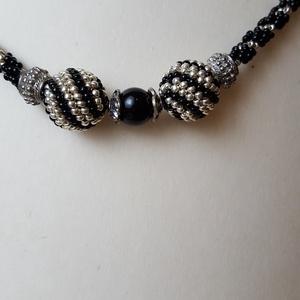 Fekete, ezüst nyaklánc, Gyöngyös nyaklác, Nyaklánc, Ékszer, Gyöngyfűzés, gyöngyhímzés, Spirál technikával készült nyaklánc rajta spirálos mintázatú golyókkal és ezüst köztesekkel. Hossza ..., Meska