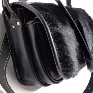 Szögletes  vadásztáska 3, Férfiaknak, A táska erős fekete marhabőrből készült, fedélrészén fekete marhaszőr díszítéssel.  Méretei: 30x25x1..., Meska