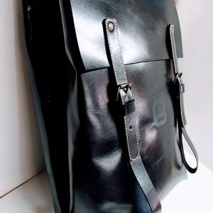 Minimál hátizsák nagyon sötétkék, Táska, Divat & Szépség, Táska, Hátizsák, Bőrművesség, A hátizsák éjkék marhabőrből készült. Acélkék vászon béléssel, a bélésen kis zseb, mobilnak, ennek-a..., Meska