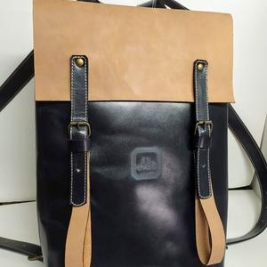 Minimál hátizsák nagyon sötétkék/drapp_1, Táska, Divat & Szépség, Táska, Hátizsák, A hátizsák éjkék és koptatott drapp marhabőrből készült. Acélkék vászon béléssel, a bélésen kis zseb..., Meska