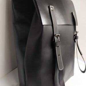 Minimál hátizsák fekete_3, Táska, Divat & Szépség, Táska, Hátizsák, A hátizsák matt és fényes fekete marhabőrből készült. Farmerhatású vászon béléssel, a bélésen kis zs..., Meska