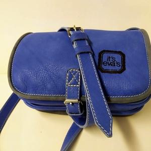 Kicsi kétrekeszes - kék_1, Táska, Divat & Szépség, Táska, Válltáska, oldaltáska, A táska méretei: 22x17x8cm. Anyaga élénk kék nagyon elegáns marhabőr, szürkével szegve. Két rekeszes..., Meska