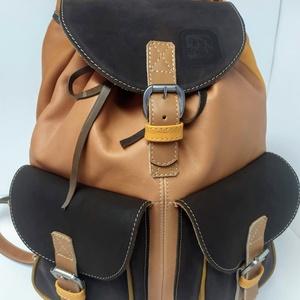 Klasszikus hátizsák őszi színekkel_2, Táska & Tok, Hátizsák, Hátizsák, Bőrművesség, A hátizsák igazán klasszikus: 2 zseb, bőrszíjjal összehúzható, csatok minden mennyiségben.\nAnyaga er..., Meska