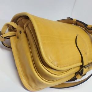Szögletes  vadásztáska_2, Táska & Tok, Kézitáska & válltáska, Vállon átvethető táska, Bőrművesség, A táska citromsárga marhabőrből készült.\n\nMéretei: 30x25x12 cm.\nElőrészén zseb, fogója állítható...., Meska