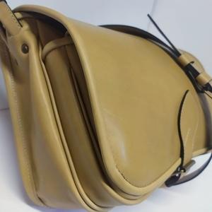 Szögletes  vadásztáska_6, Táska & Tok, Kézitáska & válltáska, Vállon átvethető táska, Bőrművesség, A táska világos marhabőrből készült.\n\nMéretei: 30x25x12 cm.\nElőrészén zseb, fogója állítható...., Meska