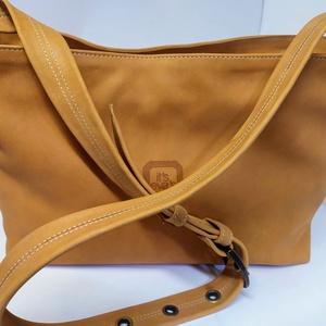 Szélesfogójú válltáska - narancs, Táska & Tok, Kézitáska & válltáska, Vállon átvethető táska, Bőrművesség, A táska mérete: 37x26x12 cm.\nVisszafogott narancssárga színű marhabőrből készült.\nCipzáras, belül sz..., Meska