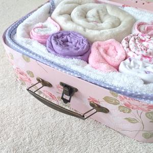 """Babatextil """"rózsa"""" box bőröndben INGYEN szállítással (Rózsaszín/Lila), Gyerek & játék, Gyerekszoba, Tárolóeszköz - gyerekszobába, Baba-mama kellék, Falvédő, takaró, Ha különleges és exkluzív ajándékot vinnél babaváró partyra, babalátogatóba vagy keresztelőre, akkor..., Meska"""