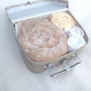 """Babatextil \""""rózsa\"""" MINI box bőröndben - Bézs rózsás, Játéktároló, Tárolás & Rendszerezés, Otthon & Lakás, Varrás, Ha különleges és exkluzív ajándékot vinnél babaváró partyra, babalátogatóba vagy keresztelőre, akkor..., Meska"""