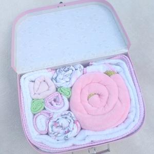 """Babatextil \""""rózsa\"""" box bőröndben INGYEN szállítással (Flamingó), Gyerek & játék, Gyerekszoba, Tárolóeszköz - gyerekszobába, Baba-mama kellék, Falvédő, takaró, Varrás, Ha különleges és exkluzív ajándékot vinnél babaváró partyra, babalátogatóba vagy keresztelőre, akkor..., Meska"""