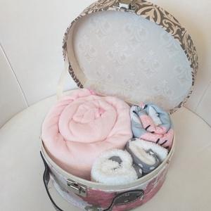 """Babatextil \""""rózsa\"""" MINI box bőröndben - Pillangó, Babalátogató ajándékcsomag, Játék & Gyerek, Varrás, Ha különleges és exkluzív ajándékot vinnél babaváró partyra, babalátogatóba vagy keresztelőre, akkor..., Meska"""