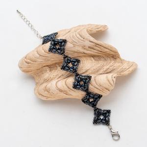 Stone Flowers karkötő - sötétszürke, Ékszer, Karkötő, Gyöngyfűzés, gyöngyhímzés, Négyszögletes gyöngy karkötő csiszolt gyöngyökkel, állítható méretű., Meska