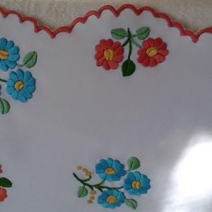 kézzel hímzett terítő - otthon & lakás - konyhafelszerelés - terítő - Meska.hu